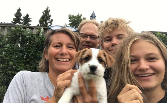 Et billede af den familie, der købte Haus Hesselbjerg's Bjørn, en dejlig han hvalp af racen Jack Russell Terrier.